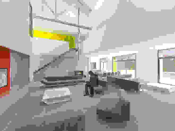 Vue d'ambiance de l'espace de vie dans l'ancienne grange par 3B Architecture Moderne