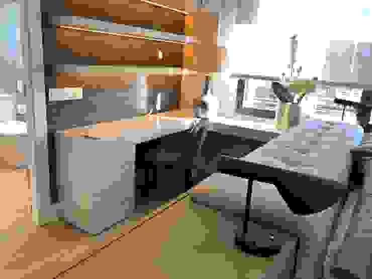 Una cómoda zona de trabajo en el dormitorio Estudios y despachos de estilo ecléctico de Ismael Blázquez | MTDI ARQUITECTURA E INTERIORISMO Ecléctico Madera Acabado en madera
