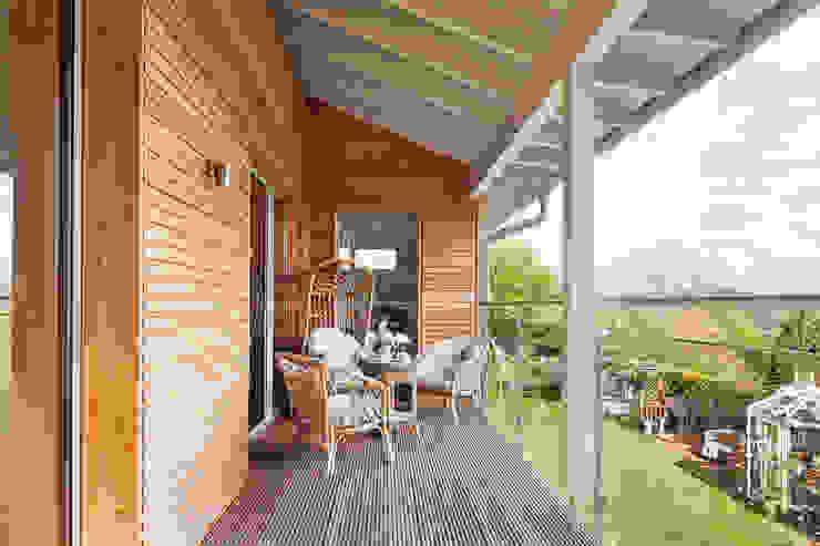Eco House Crowley: A Wood-decked Balcony Baufritz (UK) Ltd. Balcony