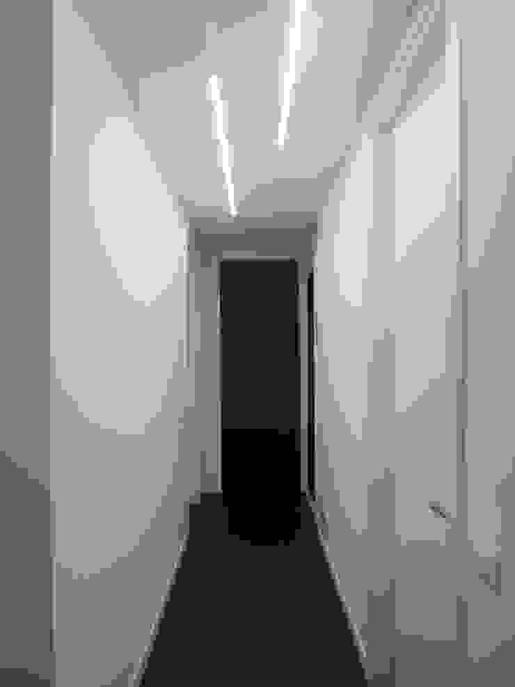 Studio di Architettura IATTONI Minimalistischer Flur, Diele & Treppenhaus Weiß