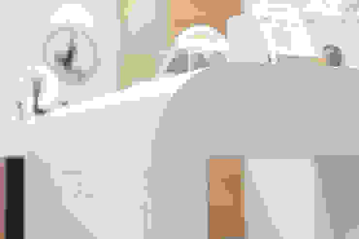 JC科技 | 倒圓角商品展售桌: 現代  by 有隅空間規劃所, 現代風 合板