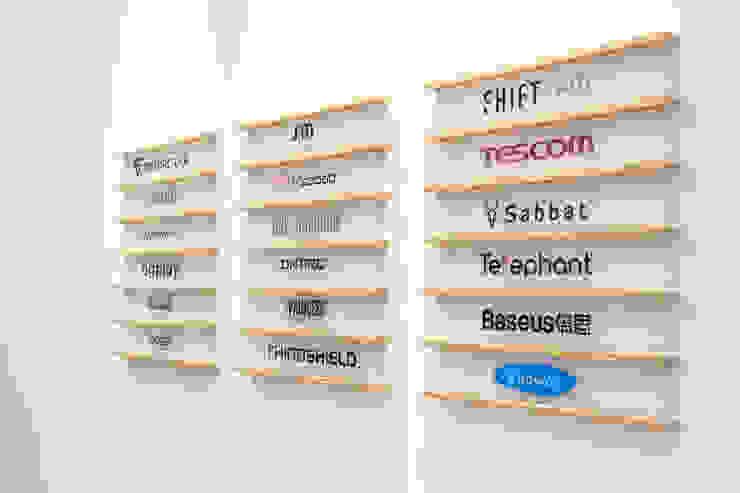 JC科技 | 1樓 商品展售區 廠商名牌架: 現代  by 有隅空間規劃所, 現代風 合板