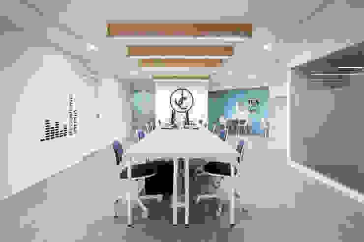 JC科技 | 2樓 員工辦公室: 現代  by 有隅空間規劃所, 現代風 合板