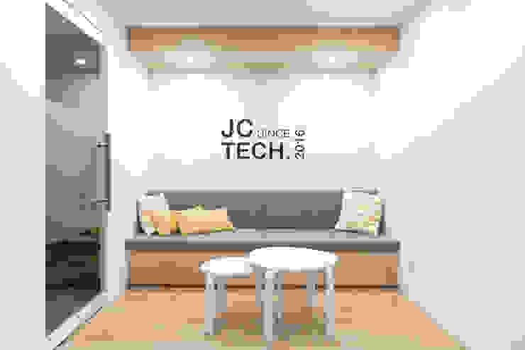 JC科技 | 2樓 廠商接待區: 現代  by 有隅空間規劃所, 現代風 合板