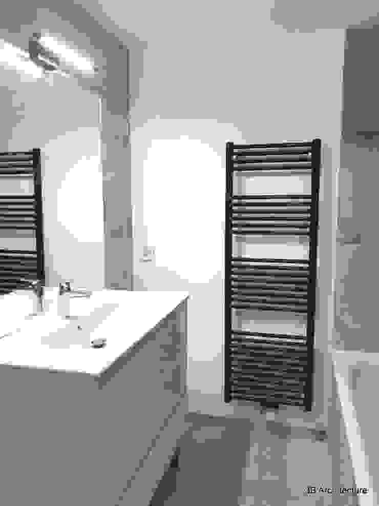 Vue de la salle de bains familiale Salle de bain moderne par 3B Architecture Moderne