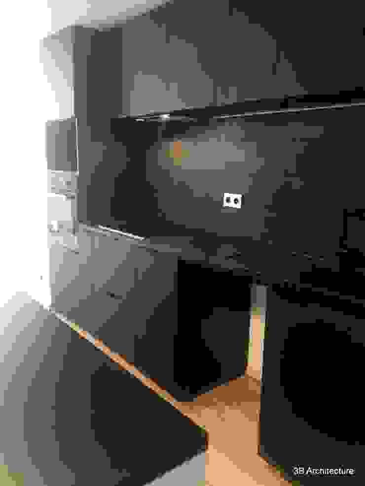 Vue de la cuisine intégrée noire mate par 3B Architecture Moderne