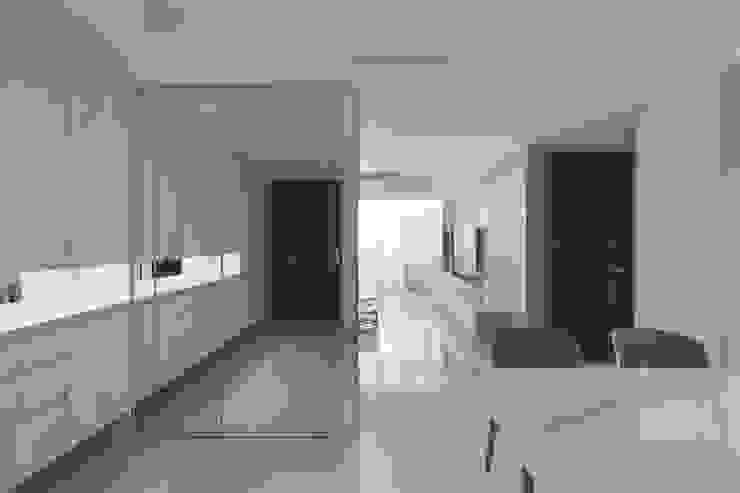 湖心泊 現代風玄關、走廊與階梯 根據 夏木空間設計 現代風