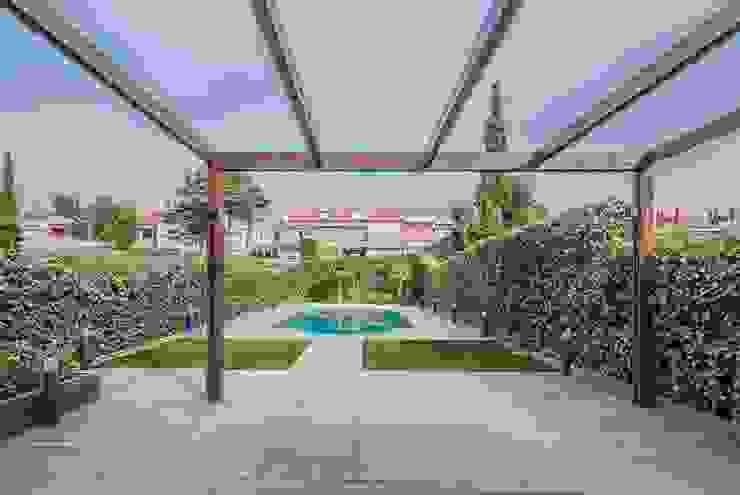Simetrika Rehabilitación Integral Industrial style gardens