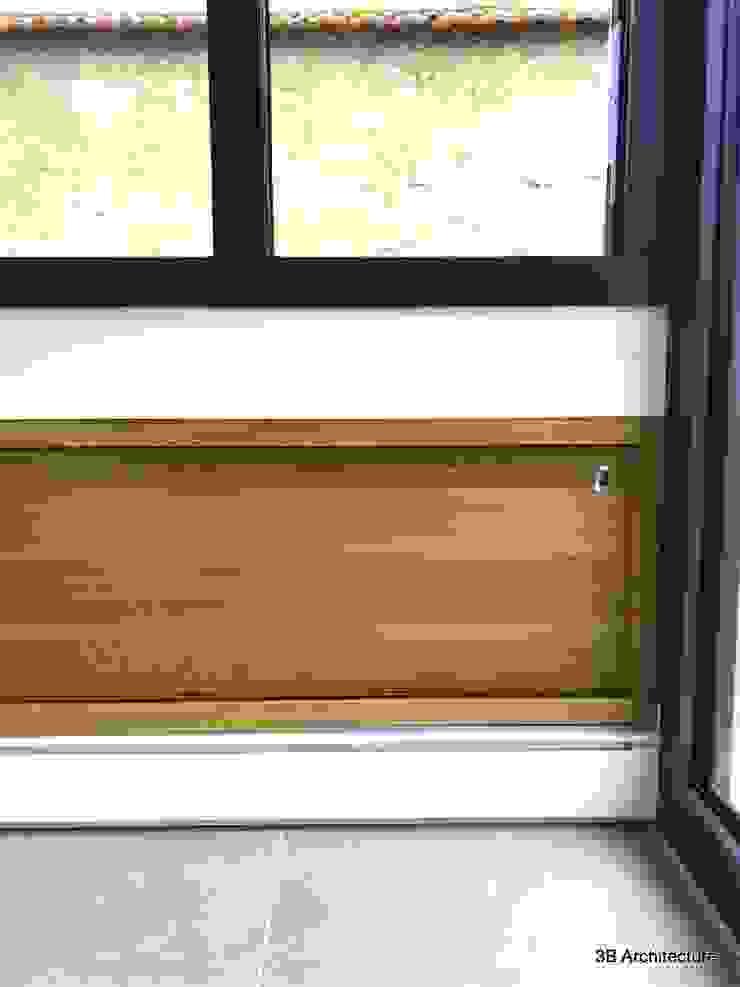 Aménagement de rangements en bois massif en allège de fenêtres par 3B Architecture Moderne Bois Effet bois