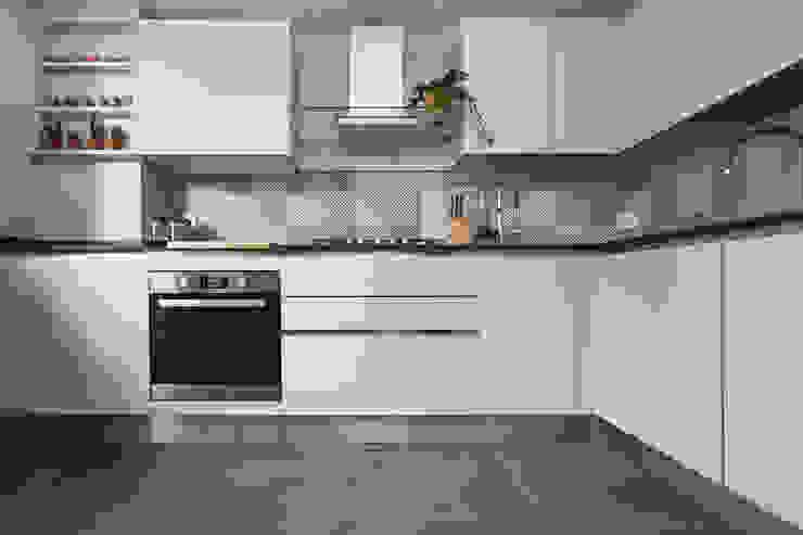 cucina black and white di Lascia la Scia S.n.c. Moderno Legno Effetto legno