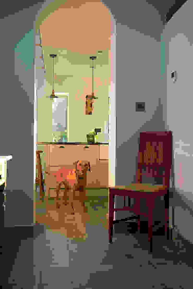 Kitchen Doorway & Rosie от Samuel Kendall Associates Limited Минимализм Дерево Эффект древесины