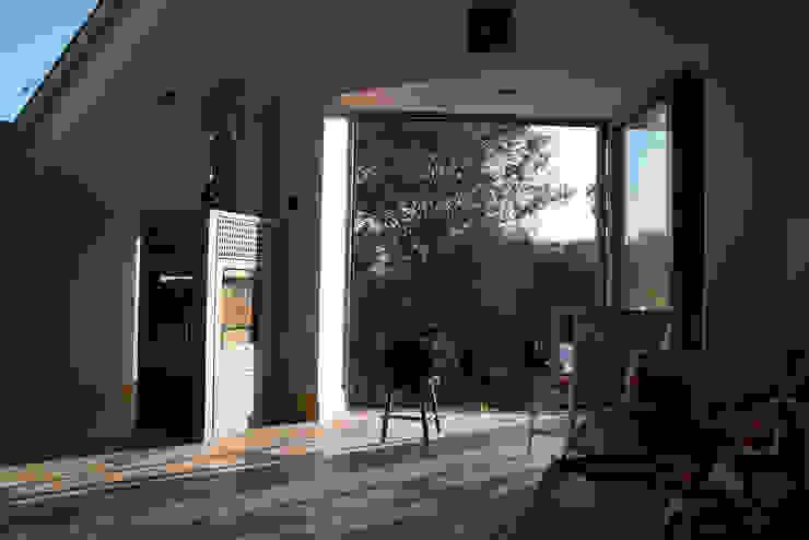 Sun Lounge & Balcony Гостиная в стиле минимализм от Samuel Kendall Associates Limited Минимализм Дерево Эффект древесины