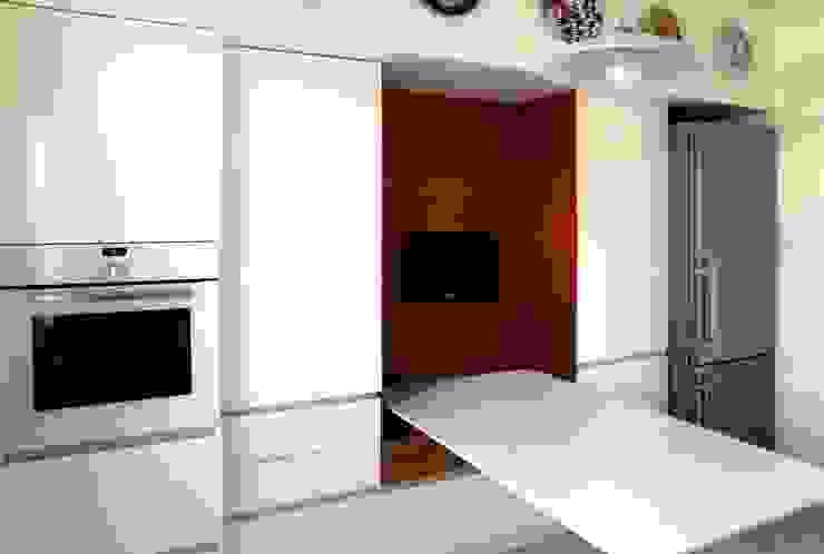 PARETE DI CONTENIMENTO Cucina moderna di MOLTENI / BARON ASSOCIATI Moderno Legno Effetto legno