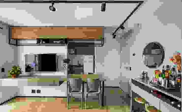 Sala e Cozinha integradas após demolição de parede Studio Elã Salas de jantar industriais Madeira Verde