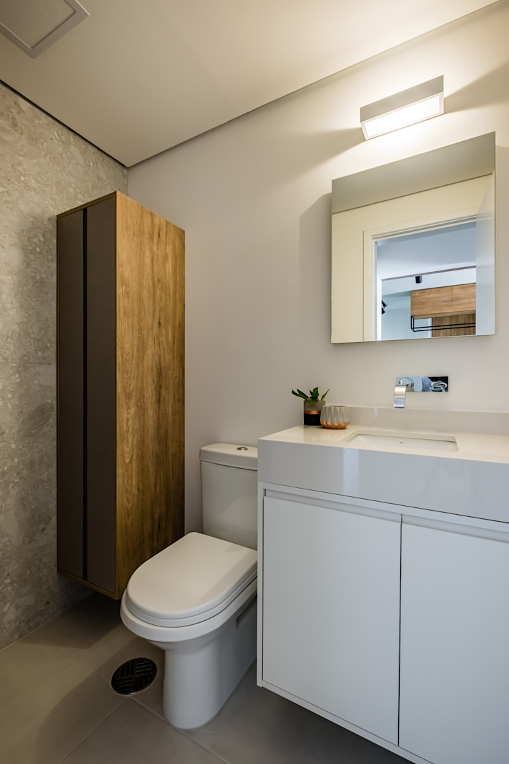 Banheiro Clean e Compacto em tons de branco e cinza, porcelanato Portobello Pietra Lombarda Studio Elã Banheiros escandinavos Pedra Branco