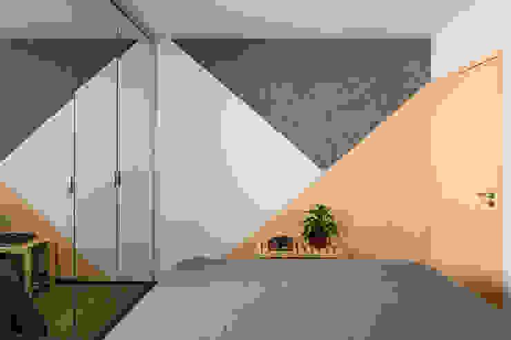 Pintura Geométrica em Quarto, dando destaque à porta. Mosaico feito com branco, amarelo e cimento queimado Studio Elã Quartos pequenos Concreto Amarelo