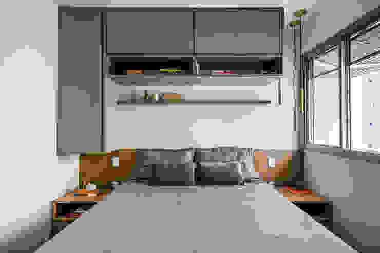 Quarto de Casal Compacto conta com Armários aéreos acima da cama Studio Elã Quartos pequenos Madeira Cinza