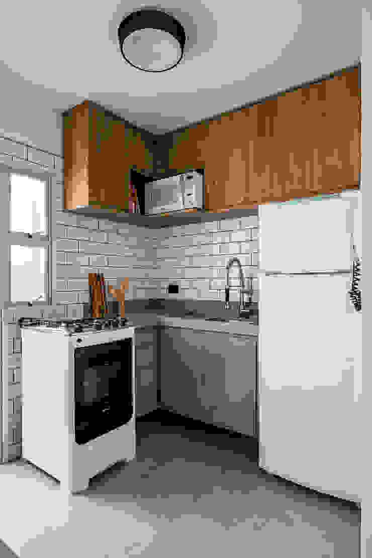 Cozinha Industrial aposta no revestimento metro white Studio Elã Cozinhas pequenas Madeira Cinza