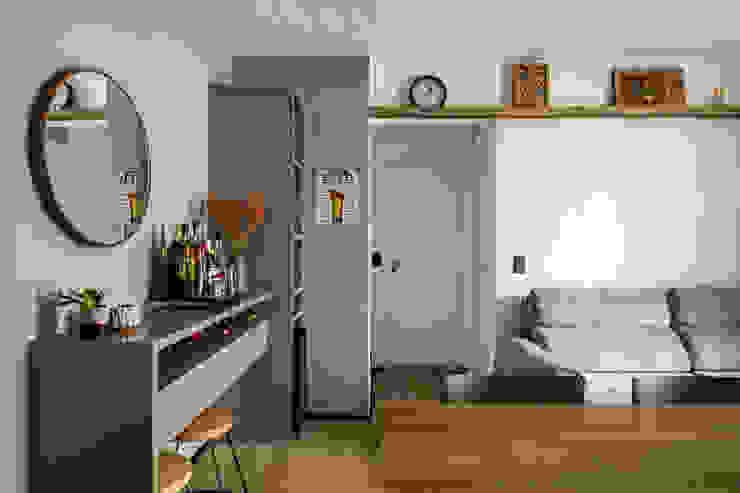 Aparador para a chegada no apartamento e minibar com adega climatizada Studio Elã Salas de estar industriais MDF Verde