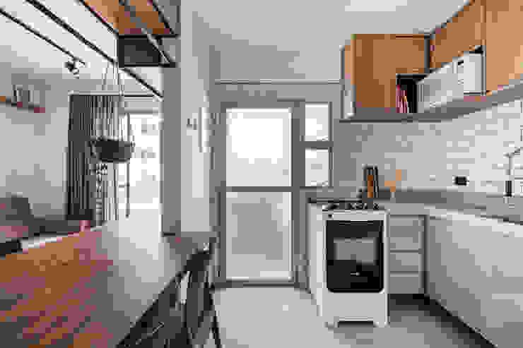 Cozinha integrada com a sala após demolição de parede Studio Elã Cozinhas industriais Madeira Branco
