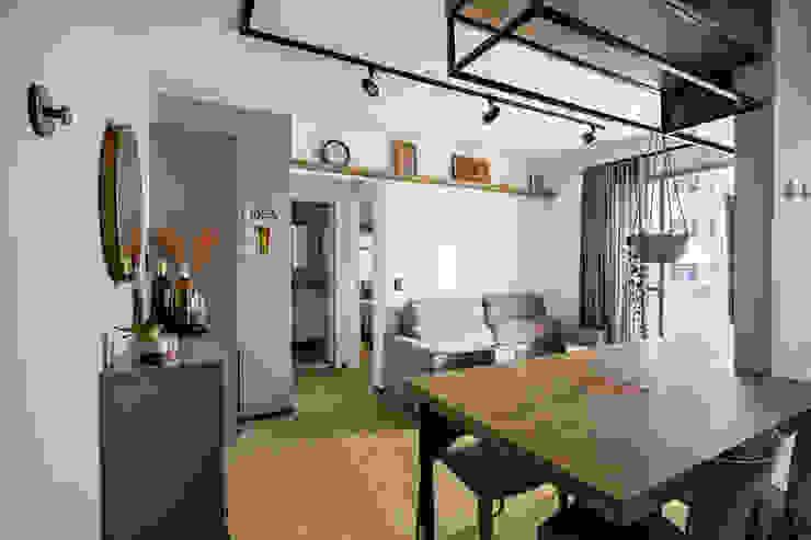 Vista da entrada deste apartamento antigo que foi completamente reformado Studio Elã Salas de estar industriais Madeira Verde