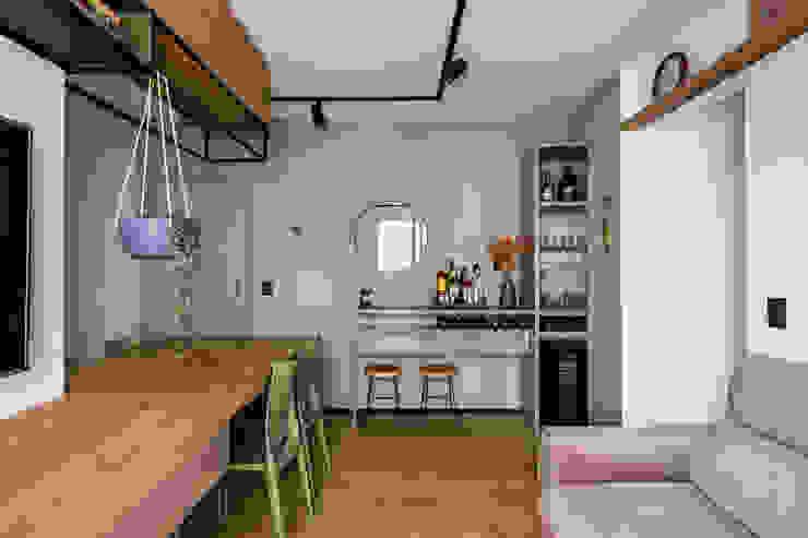 Sala de Jantar e Estar integradas com aparador e adega climatizada Studio Elã Salas de jantar industriais Madeira Verde
