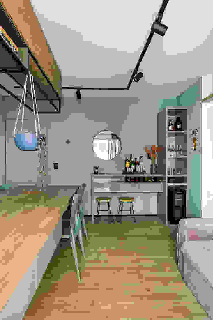 Sala de Jantar e Estar integradas com aparador e adega climatizada Studio Elã Salas de estar industriais Madeira Verde
