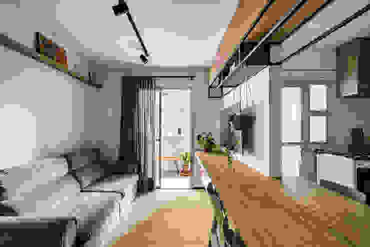 Sala de Tv e Jantar no mesmo ambiente! Studio Elã Salas de estar industriais Madeira Verde