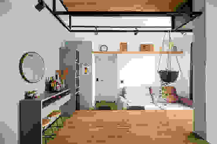 Vista da cozinha para a sala em direção ao quarto e banheiro Studio Elã Salas de estar industriais Madeira Verde
