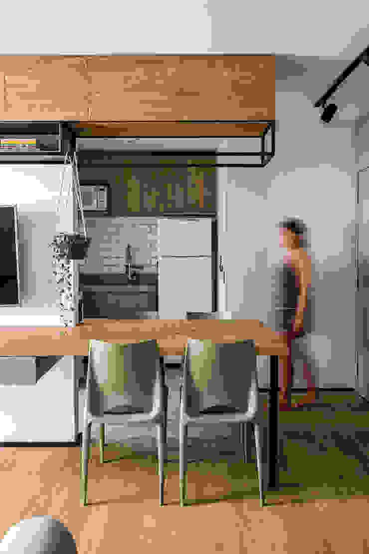 Integração de Sala de TV, Jantar e Cozinha Studio Elã Cozinhas industriais Madeira Verde