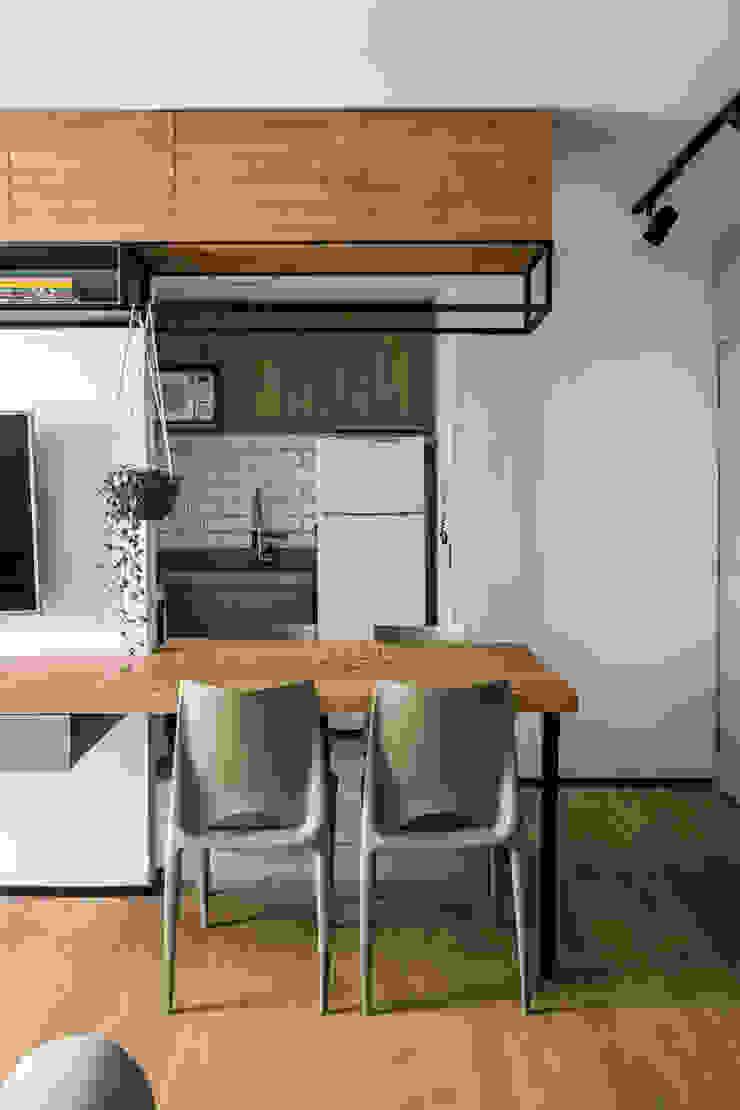Integração de Sala de TV, Jantar e Cozinha Studio Elã Salas de jantar industriais Madeira Verde