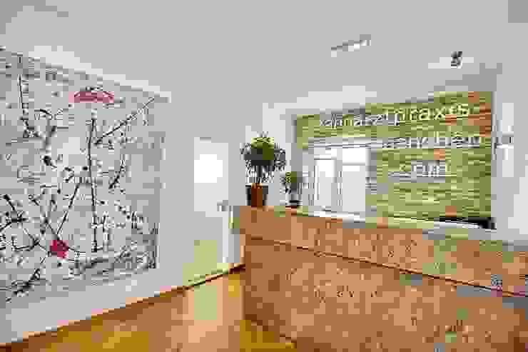 Paredes y pisos modernos de Zahnarztpraxis und Co. Moderno
