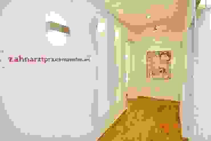 Коридор, прихожая и лестница в модерн стиле от Zahnarztpraxis und Co. Модерн