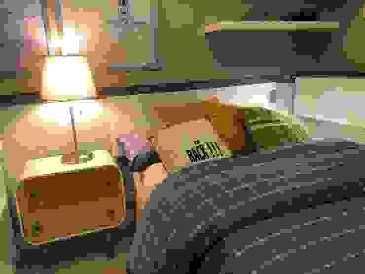 Cabecero de cama estilo industrial. Ismael Blázquez | MTDI ARQUITECTURA E INTERIORISMO Dormitorios de estilo ecléctico Madera Gris