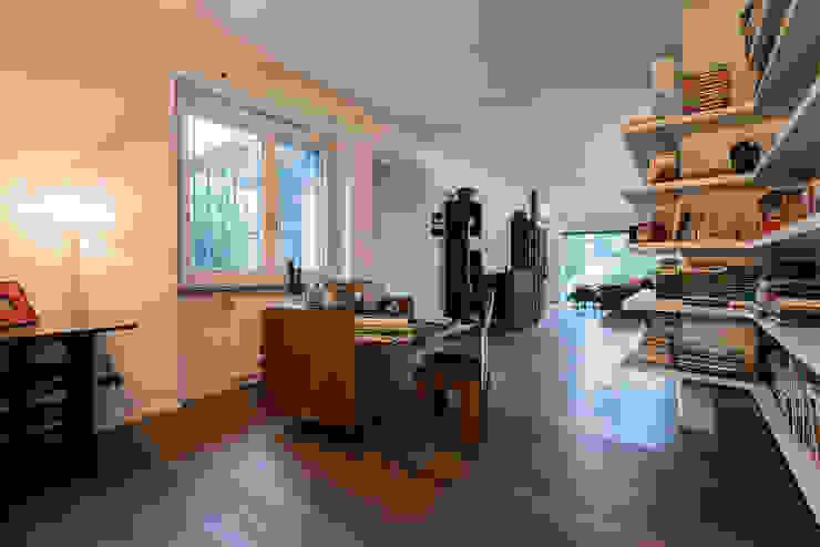 Zona studio Studio moderno di Essestudioarch Moderno Legno massello Variopinto