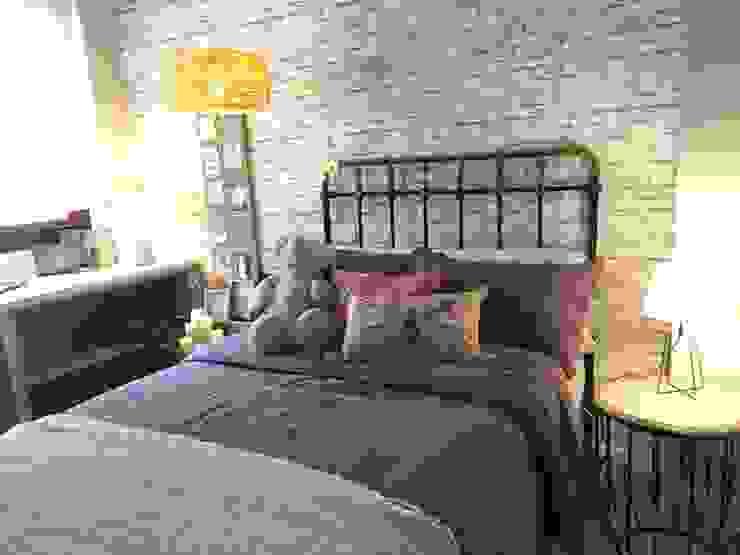 Recuperar el cabecero de la abuela Dormitorios de estilo industrial de Ismael Blázquez   MTDI ARQUITECTURA E INTERIORISMO Industrial Ladrillos