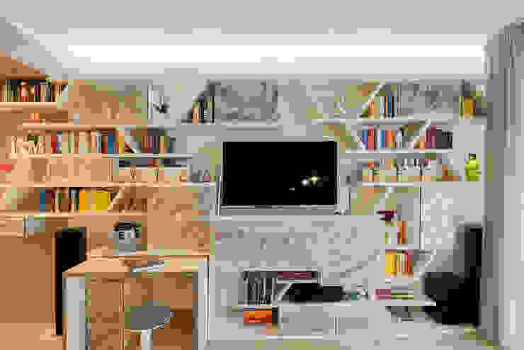 Dettaglio parete libreria attrezzata multiuso Soggiorno moderno di Essestudioarch Moderno