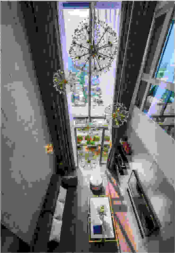 OPAL GARDEN DUPLEX – SỰ KẾT HỢP HOÀN HẢO GIỮA VẺ ĐẸP HIỆN ĐẠI VÀ TÂN CỔ ĐIỂN Phòng khách phong cách kinh điển bởi Neo Classic Interior Design Kinh điển
