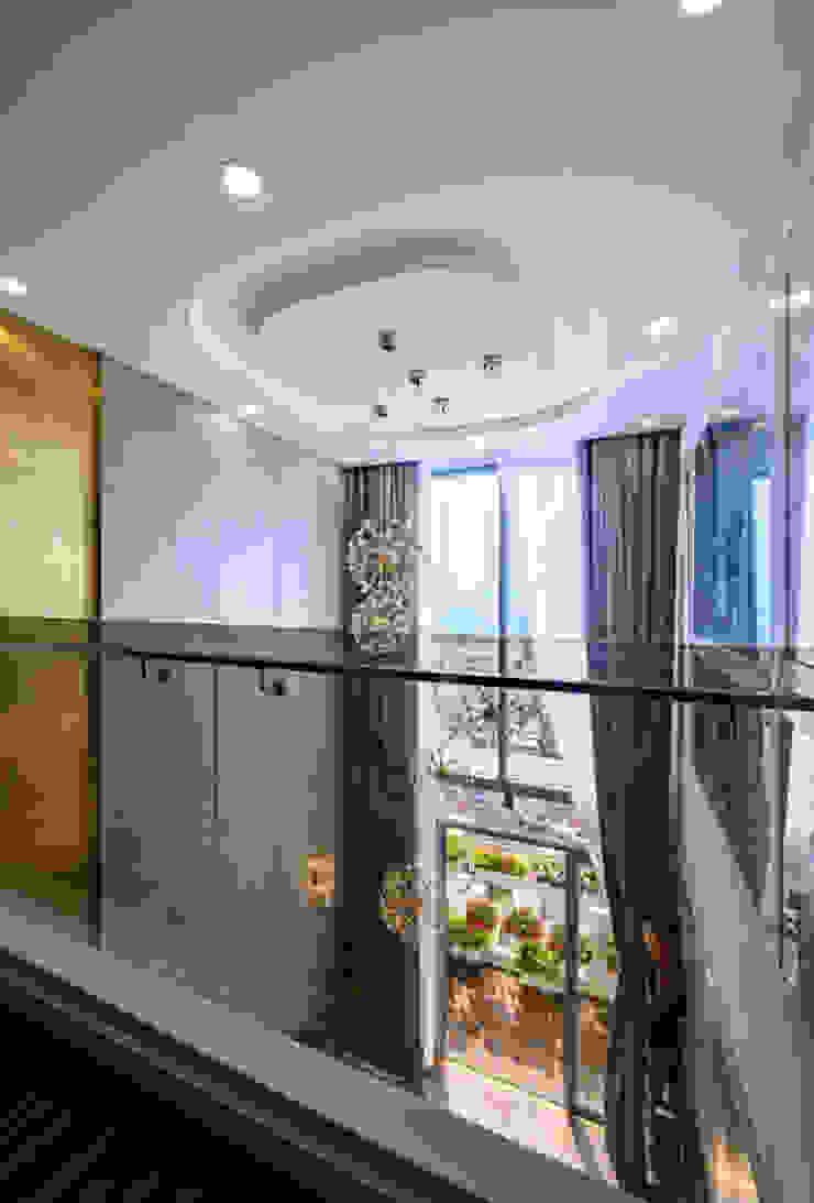 OPAL GARDEN DUPLEX – SỰ KẾT HỢP HOÀN HẢO GIỮA VẺ ĐẸP HIỆN ĐẠI VÀ TÂN CỔ ĐIỂN Hành lang, sảnh & cầu thang phong cách kinh điển bởi Neo Classic Interior Design Kinh điển
