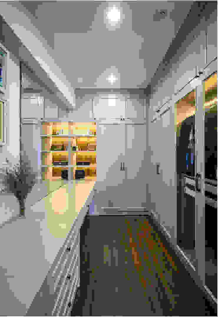OPAL GARDEN DUPLEX – SỰ KẾT HỢP HOÀN HẢO GIỮA VẺ ĐẸP HIỆN ĐẠI VÀ TÂN CỔ ĐIỂN Phòng thay đồ phong cách kinh điển bởi Neo Classic Interior Design Kinh điển