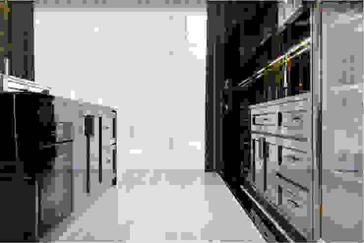 BIỆT THỰ PARK RIVERSIDE – QUẬN 9 – THÀNH PHỐ HỒ CHÍ MINH Hành lang, sảnh & cầu thang phong cách kinh điển bởi Neo Classic Interior Design Kinh điển