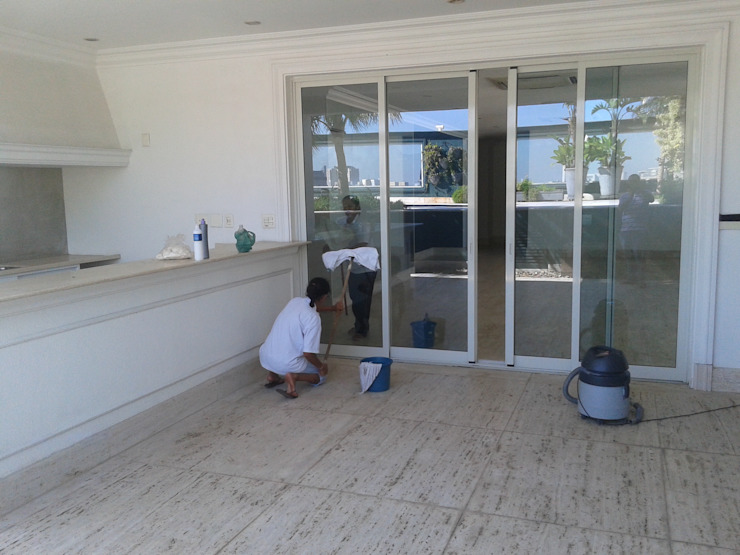 DS SERVIÇOS DE LIMEZA Edificios de oficinas de estilo colonial Vidrio Blanco