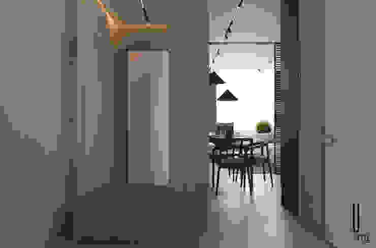 YOUSUPOVA Pasillos, vestíbulos y escaleras de estilo minimalista