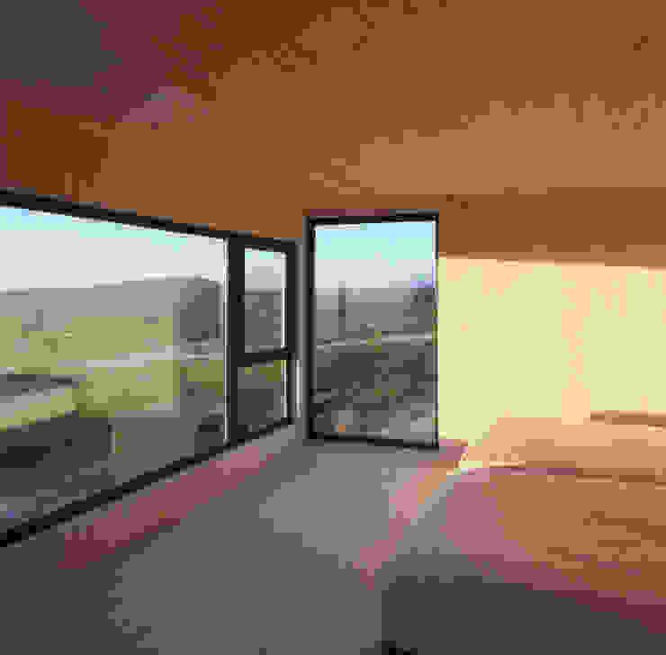 Casa Estirada Whale! Dormitorios de estilo minimalista Madera Blanco