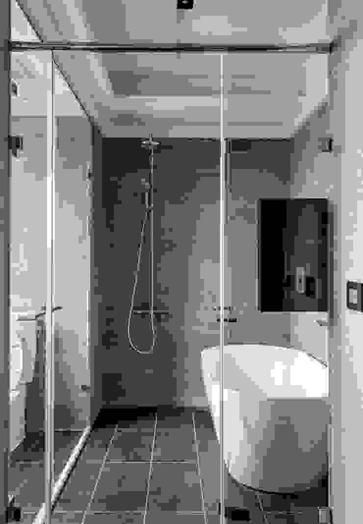 主臥浴廁 現代浴室設計點子、靈感&圖片 根據 大企國際空間設計有限公司 現代風