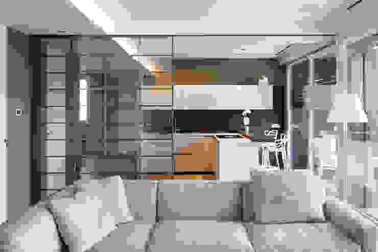 Vista sulla cucina Soggiorno moderno di Essestudioarch Moderno