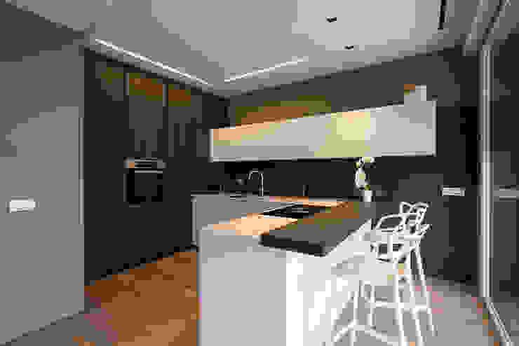 Cucina con penisola di Essestudioarch Moderno
