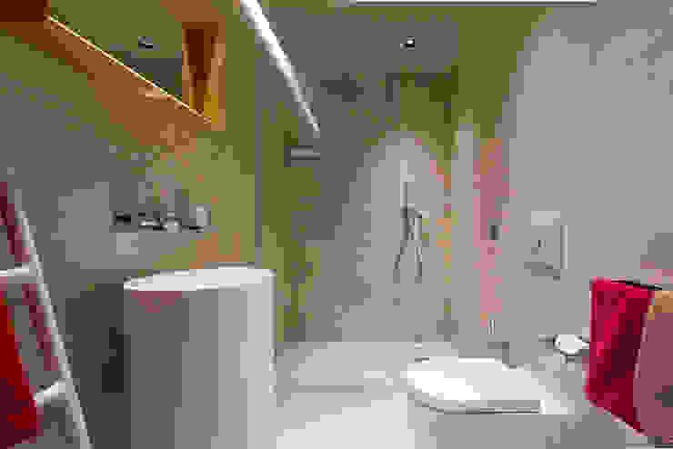 Bagno Bagno moderno di Essestudioarch Moderno