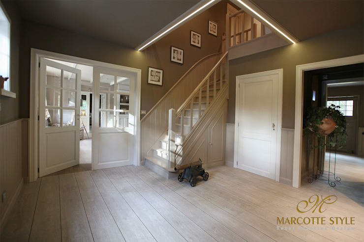 Marcotte Style Classic corridor, hallway & stairs