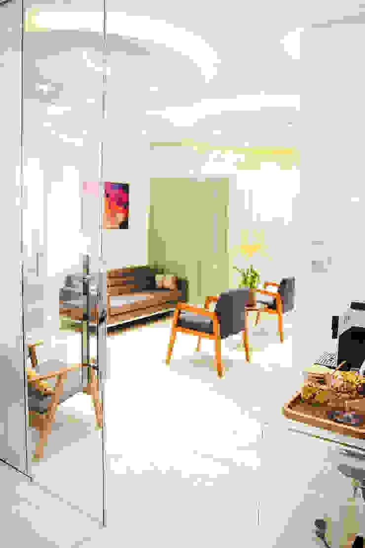 Sala de espera + Sala de equipamentos C2HA Arquitetos Clínicas ecléticas